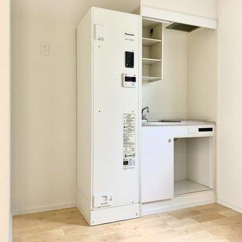 温水器の横に冷蔵庫を置けるのでコンロの下は食器をディスプレイしてもいいですね◎※写真は通電前のもの