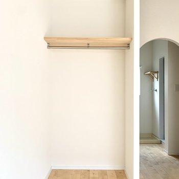 オープンクローゼットは目隠しのカーテンもつけられます※写真は通電前のもの
