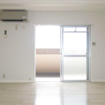 白い床材がよりお部屋をあかるくみせますね!