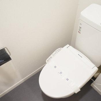 ウォシュレット付きのトイレも新品です!※同間取り別部屋の写真です。