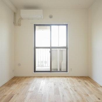 隣の6帖の寝室※同間取り別部屋の写真です。