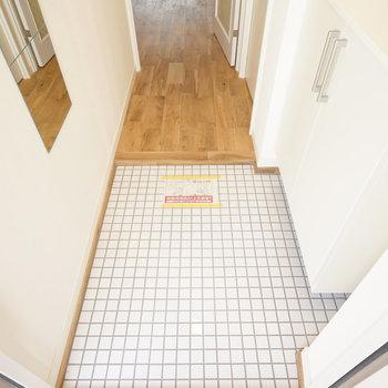 玄関は白タイルで明るく!※同間取り別部屋の写真です。