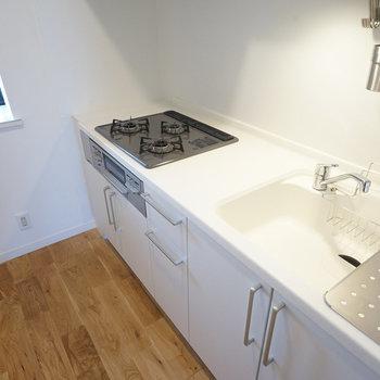 キッチンは3口ガスで料理もはかどる◎※同間取り別部屋の写真です。