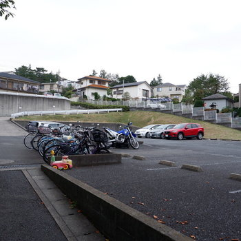 駐輪場と駐車場は敷地内の屋外に。