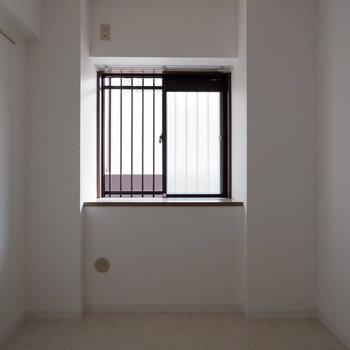 【6帖洋室】窓もあります。エアコンは取付可能でした。