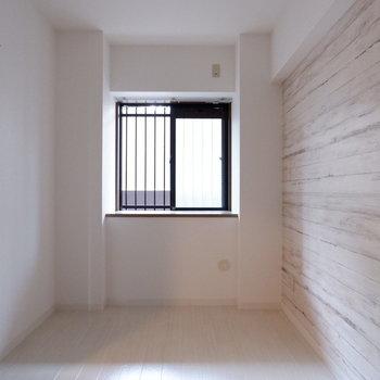 【5.3帖洋室】アクセントクロスはこちらのお部屋にも!