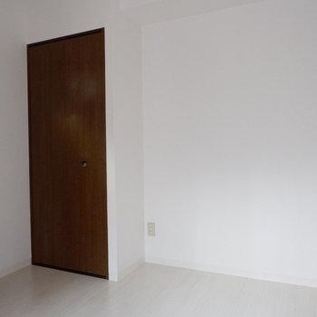 【6帖洋室】シングル以上のサイズも置けそうです。