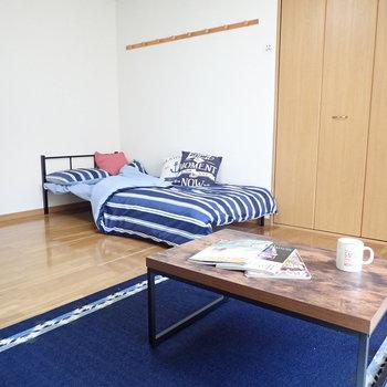 ベッドは壁に寄せても収納と干渉しません。※家具は見本となります