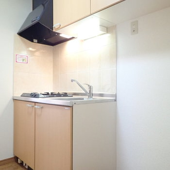 キッチン横に冷蔵庫を。収納は上にもたっぷりと。