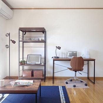 デスクとローテーブルを置いても余裕があります。※家具は見本となります