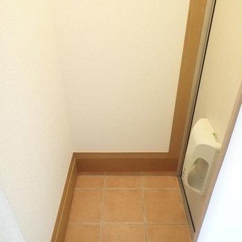 玄関はキッチン廊下と少し区別されています。