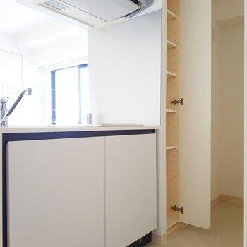 キッチンの奥には冷蔵庫と収納があります!※写真は前回募集時のものです