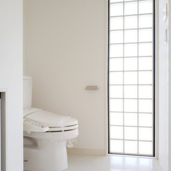 トイレの横からの優しい自然光が美しい。※写真は前回募集時のものです