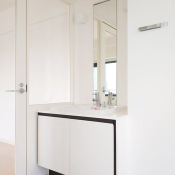 サニタリールームはトイレと洗面台がお出迎え!※写真は前回募集時のものです