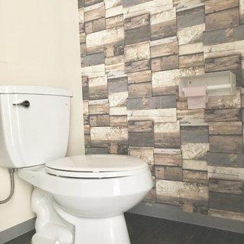 トイレはレンガ風クロスで温かみあるデザインに。(※写真は清掃前のものです)