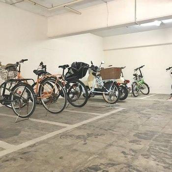 駐輪場は半地下のスペースに。