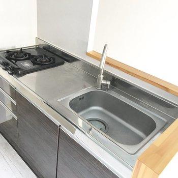 キッチンは2口ガスでお料理がしっかりできますよ。(※写真は清掃前のものです)