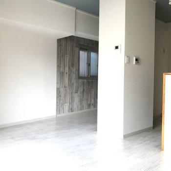 洋室の一部はおしゃれな板壁風クロス♪ (※写真は清掃前のものです)
