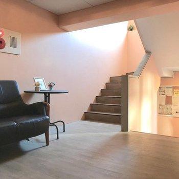 エントランスは階段を上がったところに。ソファや流木がおしゃれさん。
