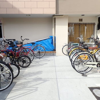 【共用部】建物前に自転車があります。