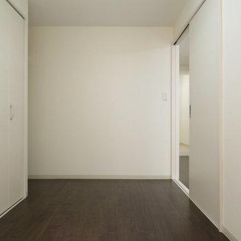 寝室には十分です!※写真は反転間取り別部屋のものです。