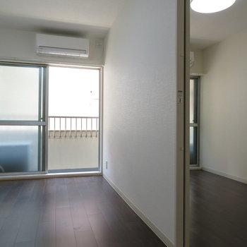 左がリビング、右が寝室※写真は反転間取り別部屋のものです。