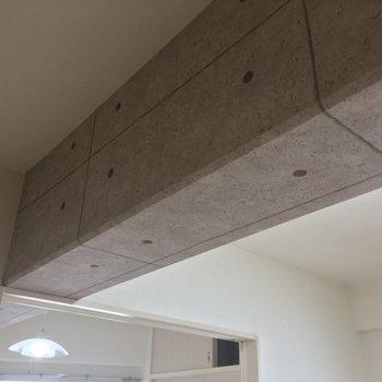 天井はコンクリート風のクロスで飾り付け
