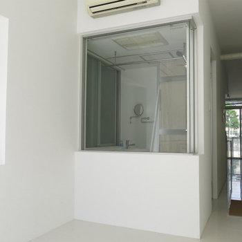 共用の廊下も白のスタイリッシュ!※写真は同間取り別部屋のものです。