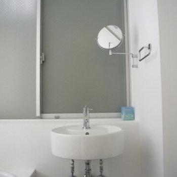 ちっこい鏡の洗面台※写真は同間取り別部屋のものです。