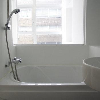 窓ありお風呂です!※写真は同間取り別部屋のものです。