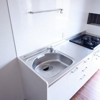 キッチンに調味料置くスペースが。