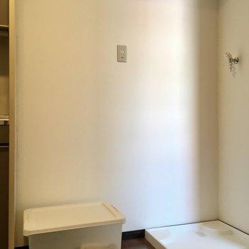 キッチン横が冷蔵庫・洗濯パンです。(※写真の小物は見本です)