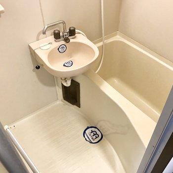 お風呂はシンプルな2点ユニット