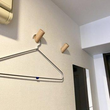 木のフックにはアウターやトートバッグを飾りたい(※写真の小物は見本です)