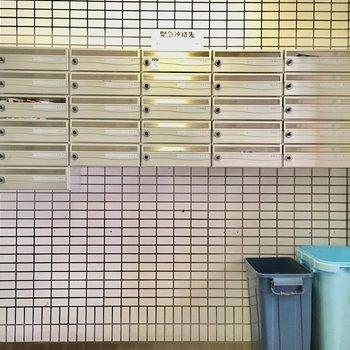 ポストにはチラシ用のゴミ箱付き!