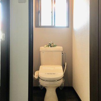 トイレはウォシュレット付き!窓もあって明るいですね。(※写真の小物は見本です)