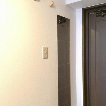全身鏡に、木のフックが2つ。お買い物カバンはこちらに。