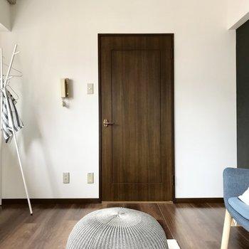 シックなドアが重厚感ある雰囲気に(※写真の家具・小物は見本です)