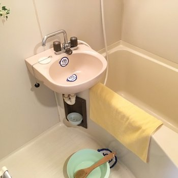 お風呂はシンプルな2点ユニット。(※写真の小物は見本です)