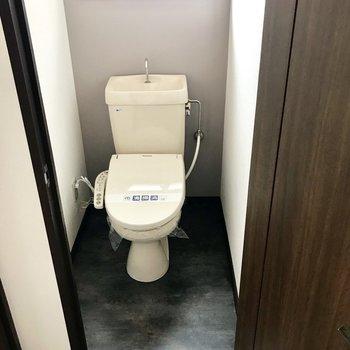 トイレのグレージュのクロスがお洒落!窓もあって換気もしっかり!