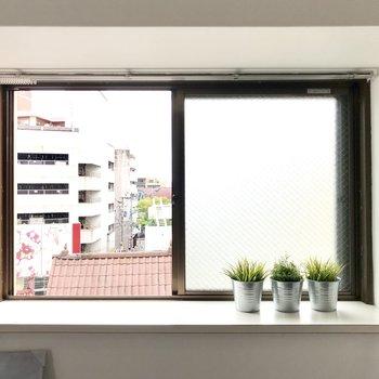 出窓には観葉植物や雑貨を飾ろう!(※写真の小物は見本です)