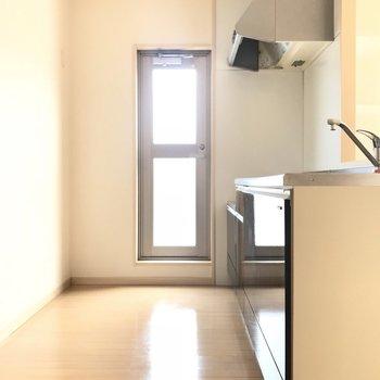 キッチンの勝手口ドアを開けるとルーフバルコニーにつながっています。キッチン家電を置くスペースがたくさんあるのも嬉しい!