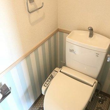 トイレの床タイルと壁のストライプが可愛い!のにちゃんと収納棚もついてます♬