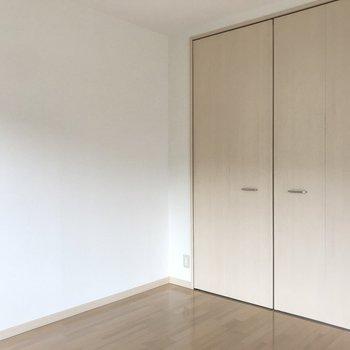 クローゼットの淡い扉の色が可愛い♬