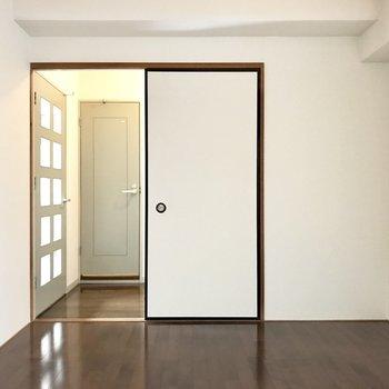 そのまま玄関まで繋がっています。こちらのお部屋にもテレビは置けるみたいです!