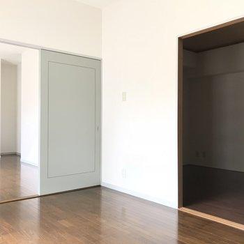 ダイニングと隣の部屋に繋がっています。移動しやすい!