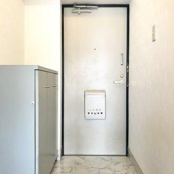 玄関もゆとりがあります。シューズBOXの上には安定の雑貨を置きたい♬