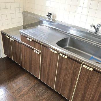 キッチン!どこか懐かしいデザイン。しっかり料理スペースありますよ。白タイルが可愛いなあ。