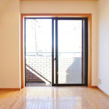 こっちは寝室に。明るくていいですね!※写真は2階の同じ間取りの別部屋
