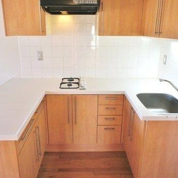 キッチンはコの字でセレブ感※写真は2階の同じ間取りの別部屋